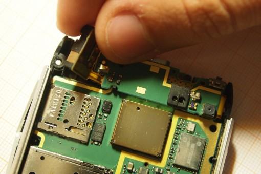 Nokia N8 Rimozione scheda madre 1