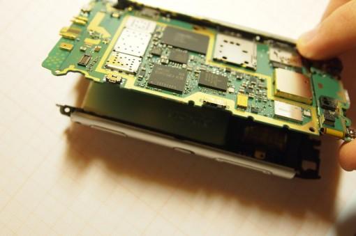 Nokia N8 Rimozione scheda madre 2